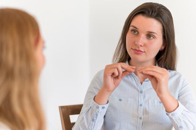 Frauen, die über die gebärdensprache miteinander kommunizieren