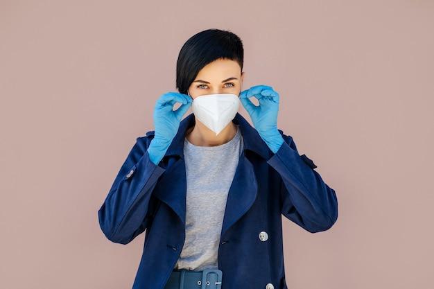 Frauen, die während des ausbruchs von covid 19 auf der straße eine medizinische schutzmaske aufsetzen. schutz bei der prävention des ausbruchs des grippevirus, epidemie. ein konzept der gefahr des coronavirus.