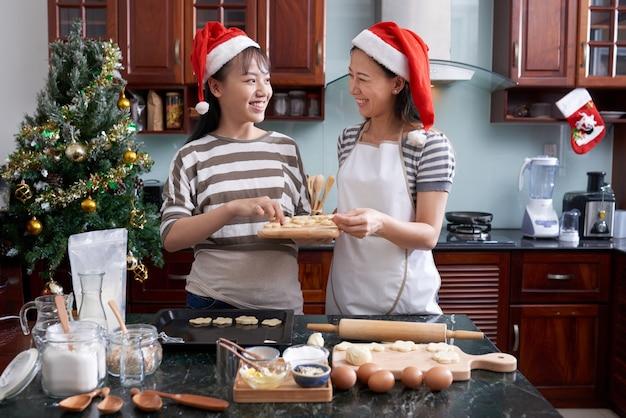 Frauen, die weihnachtsplätzchen zubereiten