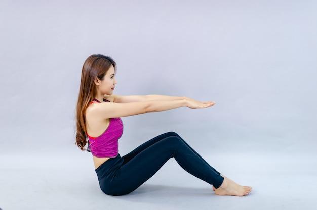 Frauen, die yoga für gesundheit tun übung im raum konzept der gesundheitspflege und der guten verfassung