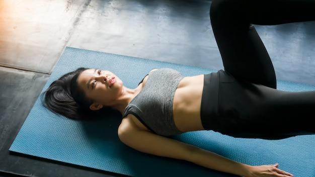 Frauen, die yoga in der eignung tun