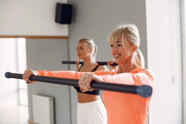 Frauen, die yoga machen. sportlicher lebensstil. trainierter körper