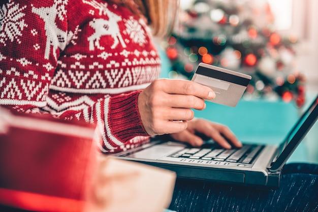 Frauen, die zu hause kreditkarte verwenden