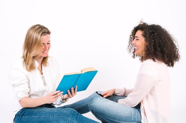 Frauen, die zusammen buch lesen