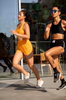 Frauen, die zusammen draußen laufen