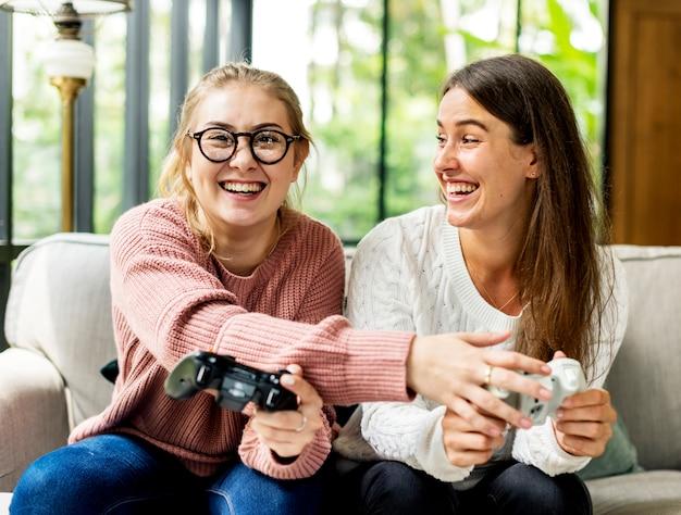 Frauen, die zusammen videospiel spielen