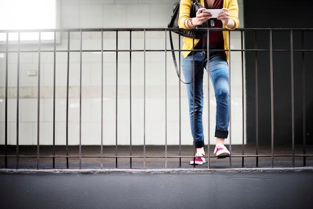 Frauen-frauen-verbindungs-digital-gerät internet-konzept