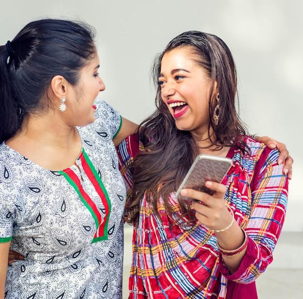 Frauen-freundschafts-zusammengehörigkeits-kommunikations-handy-konzept
