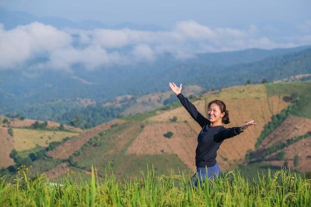 Frauen fühlen sich morgens von den farben der berge und reisfelder umgeben.
