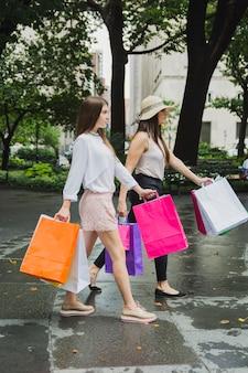 Frauen gehen mit einkaufstüten