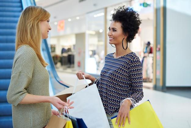 Frauen gehen nach oben, um etwas zu kaufen
