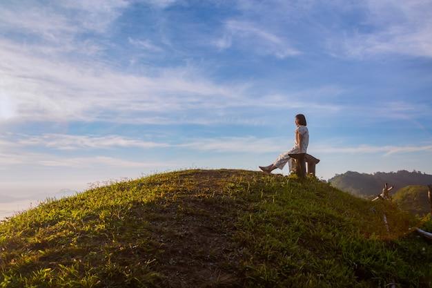 Frauen genießen die frische luft und umarmen den naturein am morgen im phu chi dao, thailand
