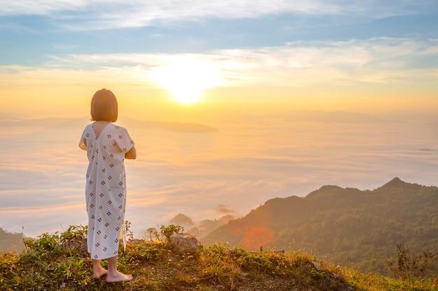 Frauen genießen die frische luft und umarmen die natur am morgen im phu chi dao, thailand