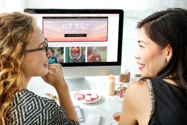 Frauen genießen online-shopping