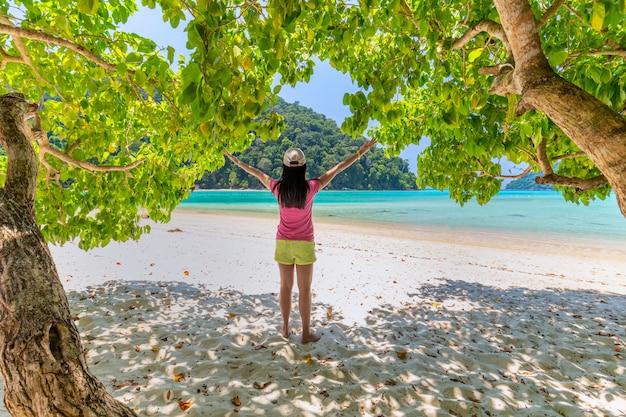 Frauen genießen sie die frische luft und das klare wasser in similan island, andaman sea, phuket, thailand