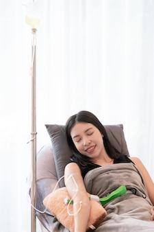 Frauen haben injektion von vitaminen und mineralstoffen direkt in den blutkreislauf in der klinik