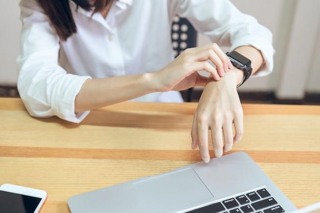 Frauen haben lange zeit schmerzen am handgelenk durch den computer.