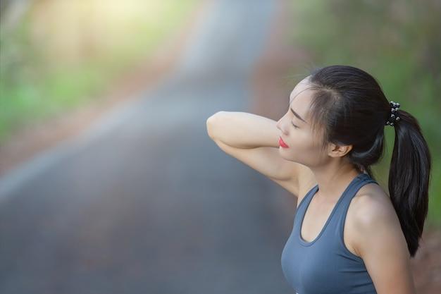 Frauen haben nackenschmerzen, schulterschmerzen