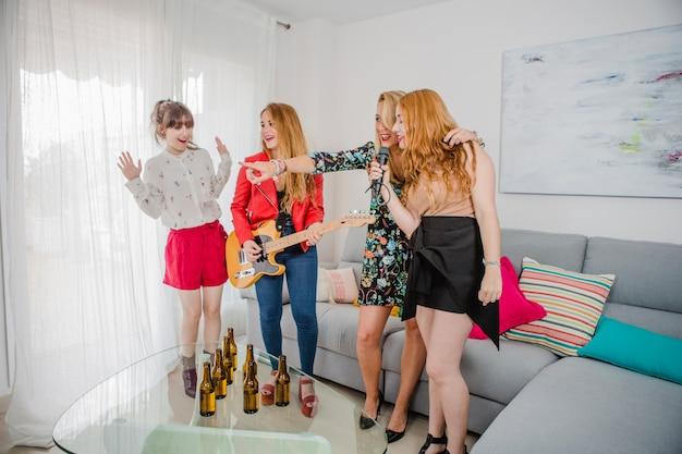 Frauen haben spaß mit karaoke