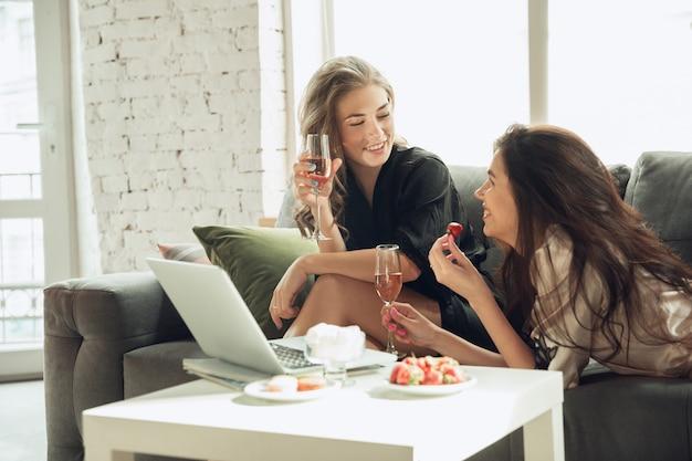 Frauen haben spaß zusammen, genießen das wochenende
