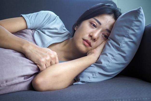 Frauen haben symptome einer depression und möchten sterben. schwere enttäuschung, traurig und verärgert