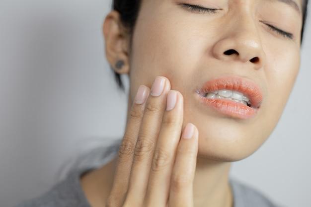 Frauen haben viel zahnschmerzen.