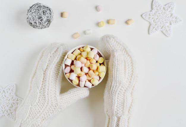 Frauen-hände, die schalen-getränkeheißes schokoladen-weihnachtsneues jahr halten