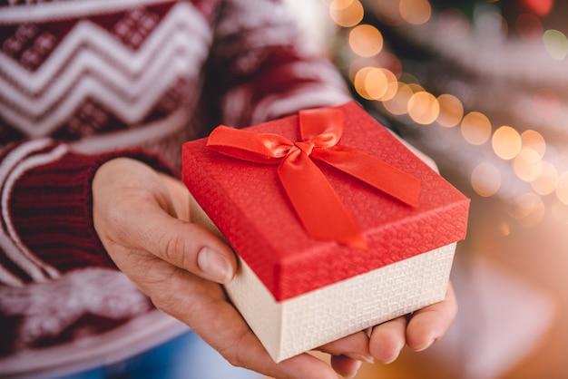 Frauen halten weihnachtsgeschenk