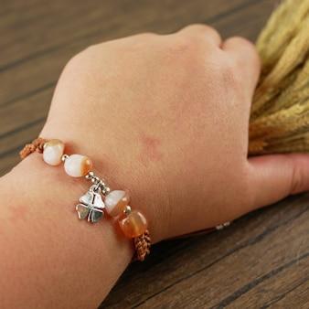 Frauen handgelenk tragen armband