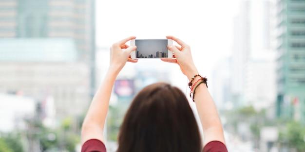 Frauen-hintere ansicht-fotografie-reisendes stadt-leben-konzept