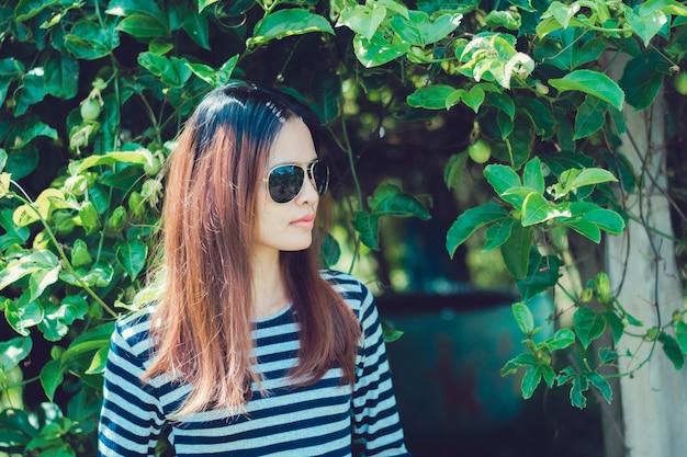Frauen-hippie mit sonnenbrille mode-art-lebensstil-konzept.