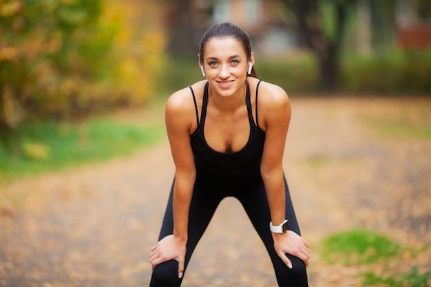 Frauen-hörende musik, trainings-übungen auf straße tuend