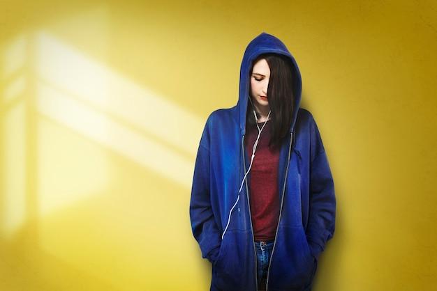 Frauen-hörendes musik-medien-unterhaltungs-entspannungs-konzept