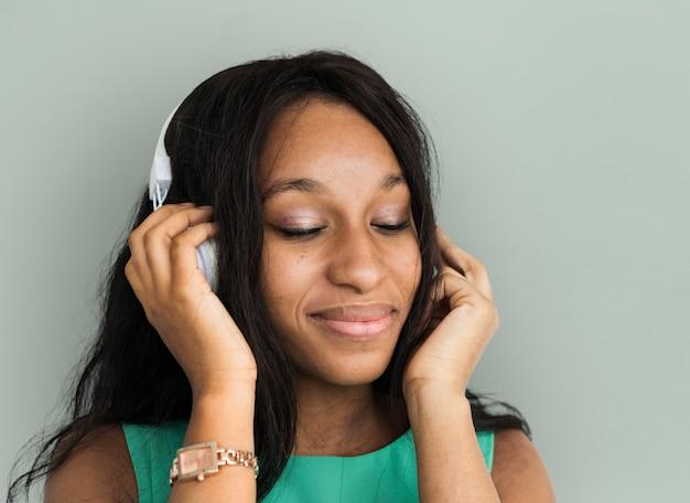 Frauen-hörendes musik-porträt der afrikanischen abstammung