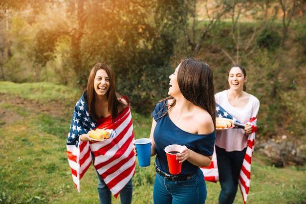 Frauen im amerikanischen flaggenlachen