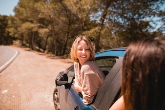 Frauen im Auto im Chat