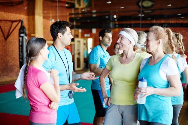 Frauen im gespräch mit dem trainer