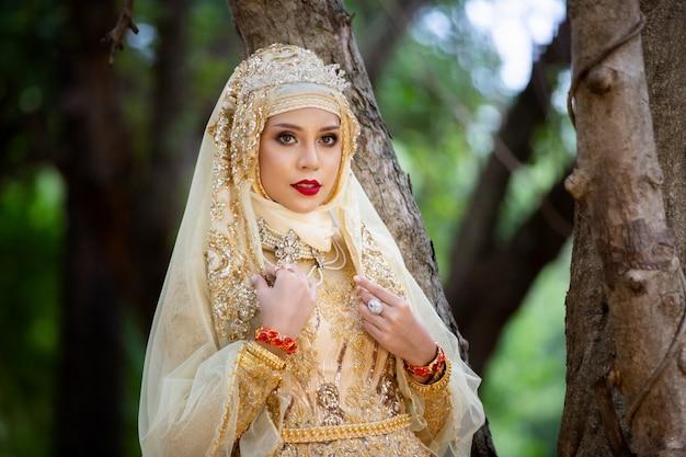 Frauen im indonesischen hochzeitskleid