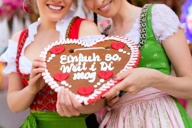Frauen in bayerischer tracht oder dirndl am festival