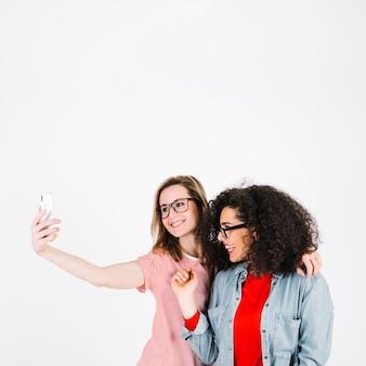 Frauen in den gläsern, die selfie nehmen