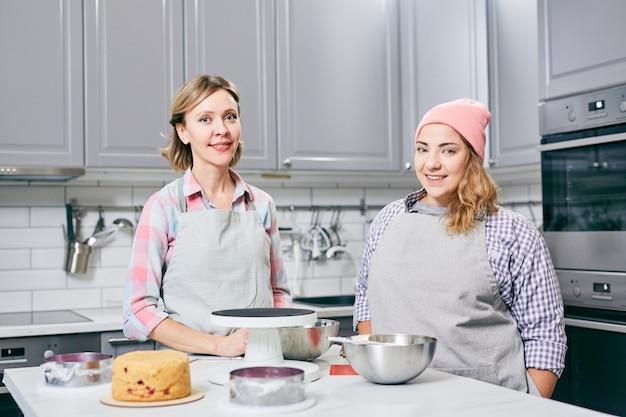 Frauen in der küche machen einen kuchen