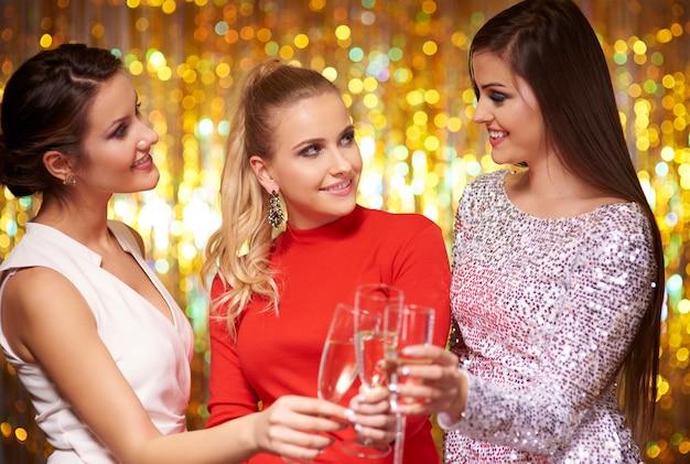 Frauen in eleganten kleidern