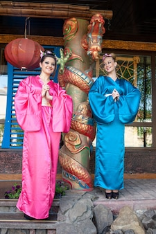 Frauen in farbiger traditioneller chinesischer kleidung, bevor sie das chinesische neujahr feiern