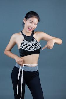 Frauen in sportbekleidung halten eine taille.