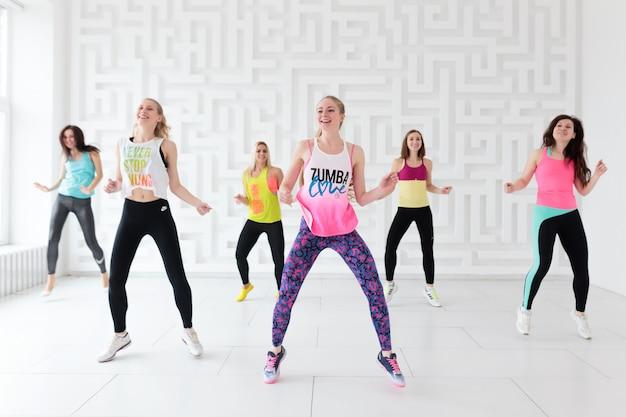 Frauen in sportbekleidung in der zumba tanzklasse
