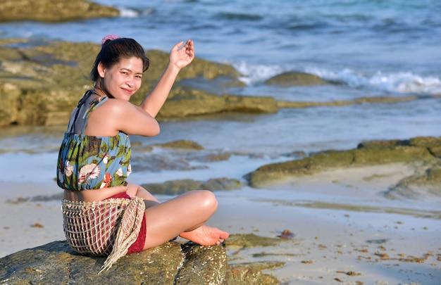 Frauen in trendigen badeanzügen ruhen auf sandstrand