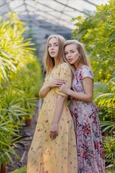 Frauen in warmen farbenkleidern