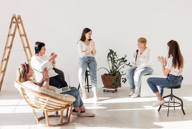 Frauen in weißen hemden in einem weiten raum