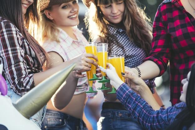 Frauen junger schöner sinnlicher spaß auf einer party mit drinks zusammen im cowboy-stil