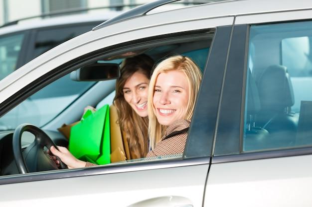 Frauen kauften ein und fuhren nach hause